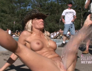 content/112014_naked_fun_in_the_Midwest_0109/1.jpg