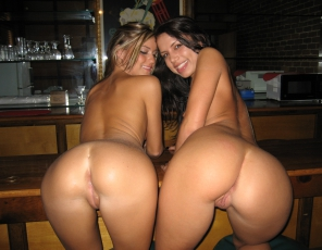 content/112815_pussy_licking_friends_on_a_bar_3528a/1.jpg