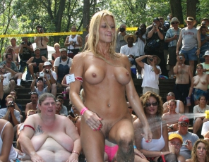 content/120415_get_naked_wet_t_shirt_contest_3761a/1.jpg